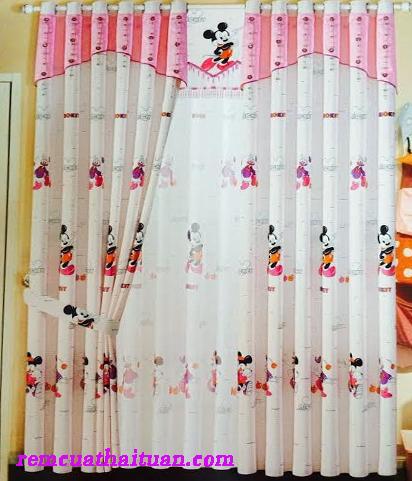Phòng trẻ em là một trong những không gian trong gia đình cần được trang trí đẹp mắt bởi vì trẻ em là lứa tuổi cần được quan tâm, chăm sóc đặc biệt. Một trong những cách trang trí phòng trẻ đó là sử dụng rèm cửa sổ. Thành phần: 100% polyester –Chắn sáng đến 98%. Xuất xứ: Thượng Mỹ – Thượng Hải Màu sắc đa dạng –Khổ cao: 280 cm. Độ chun sản phẩm 2.5 (1mét rèm hoàn thiện 2.5 mét vải). Mếch vải, meeca đỡ cổ rèm, ore nhựa chịu lực. Thanh nhôm hợp kim sơn tĩnh điện.