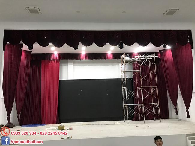 Màn sân khấu trường Trung Cấp Xây Dựng TP HCM (Cơ Sở 2) xài motor tự động