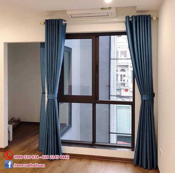 Rèm màu xanh dương như một điểm nhấn trong các ô cửa kính